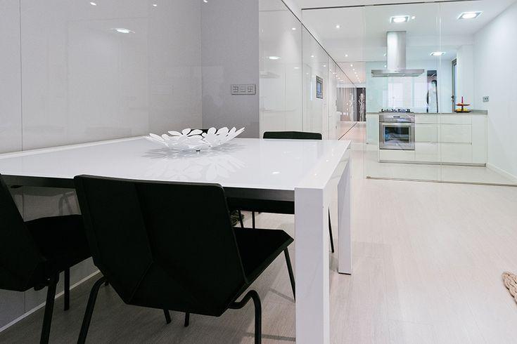 Chiralt Arquitectos I Salón comedor cocina en vivienda moderna con mobiliario minimalista.