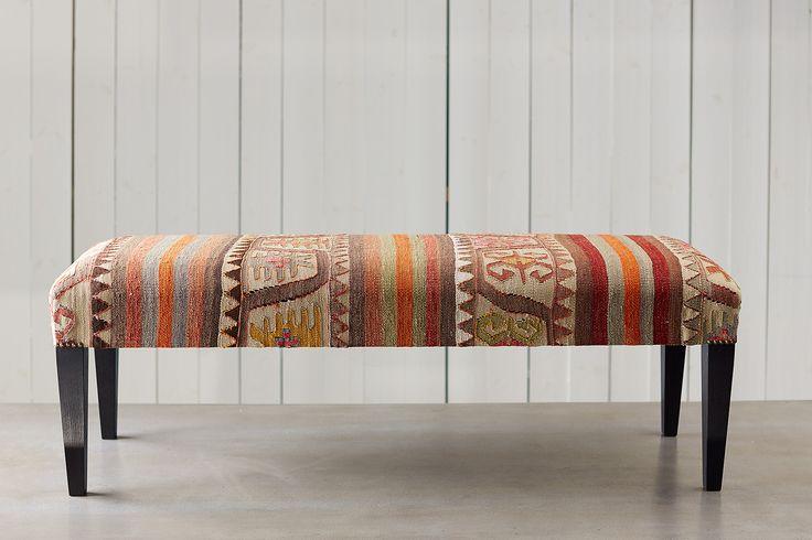 Bänk i exklusivtKelimtygi ett traditionellt persiskt mönster som smyckar bänken. Härligtvärmande och smutsavvisande ullsprider ombonad värme och ger bänken långlivslängd. Mått:120x40 cm.  Varje möbel är unik eftersom tyget är handvävt.
