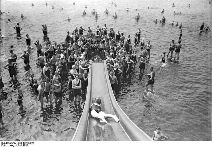 Berlin 1930 Einen Riesenspass hatten die Besucher des Strandbads Wannsee schon im Juni 1930 an dieser Wasserrutsche