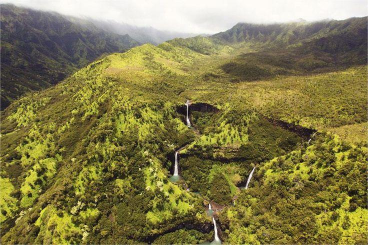 Maravillosa fotografía de las cataratas de Kauai en Hawai   En esta fascinante imagen se pueden apreciar al menos 12 cataratas. Sencillamente sorprendente. La naturaleza a pleno en las islas hawaianas.