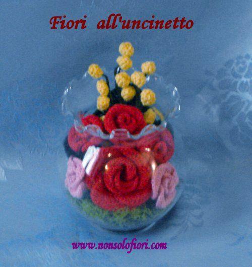 Composizione di fiori all'uncinetto in vaso di vetro - www.nonsolofiori.com
