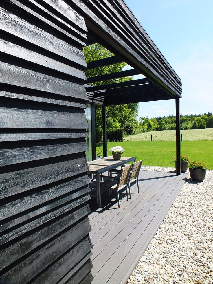 The final result of the redesign and extension we made for a countryside house in Holland. The extension of black wood gives room to the kitchen and terrace.  Deze uitbreiding en verbouwing maakten we voor een koloniehuis in de Pol