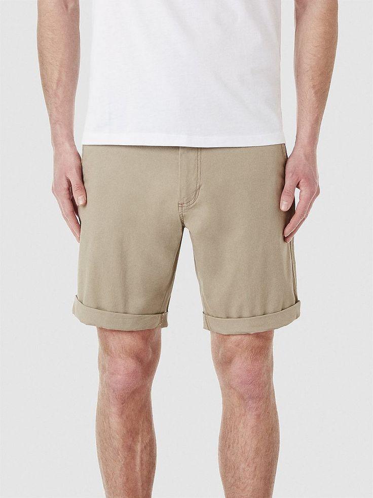 Heritage SELECTED Homme - Regular fit - 98 % Baumwolle, 2 % Elastan - Aufschlag - Gürtelschlaufen - Knopf- und Reißverschluss - Zwei Schrägtaschen - Zwei Paspel-Taschen mit Knöpfen - Leichte Stretch-Qualität. Diese Chino-Shorts machen dein lässiges Sommer-Outfit im Look perfekt. Trage sie mit einem offenen, gestreiften Hemd in hellen Farben und Boot-Schuhe. Oder du trägst dazu ein V-Ausschnitt ...