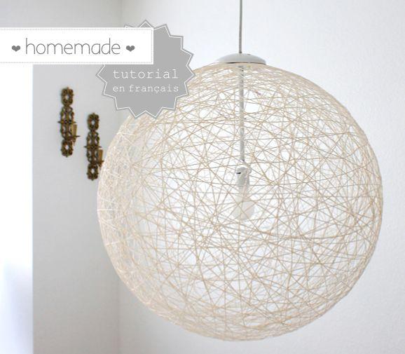 Voici comment réaliser une lampe design, très simplement. Matériel : - un gros ballon de gymnastique ou autre ballon type ballon de baudruche gonflable - de la vaseline - de la laine blanche (environ 5 mètres) - de la colle à papier peint - une paire...