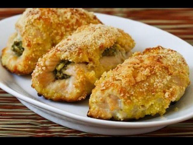 Plátky kuřecího masa plněné brokolicí a debrecínkou.