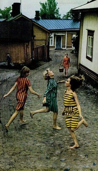 """Editorial highlights as novas prints of Marimekko na Life magazine  editorial destaca as novas estampas de Marimekko na revista """"Life"""", 1966.  Veja mais em: http://semioticas1.blogspot.com.br/2011/07/fala-da-moda.html"""