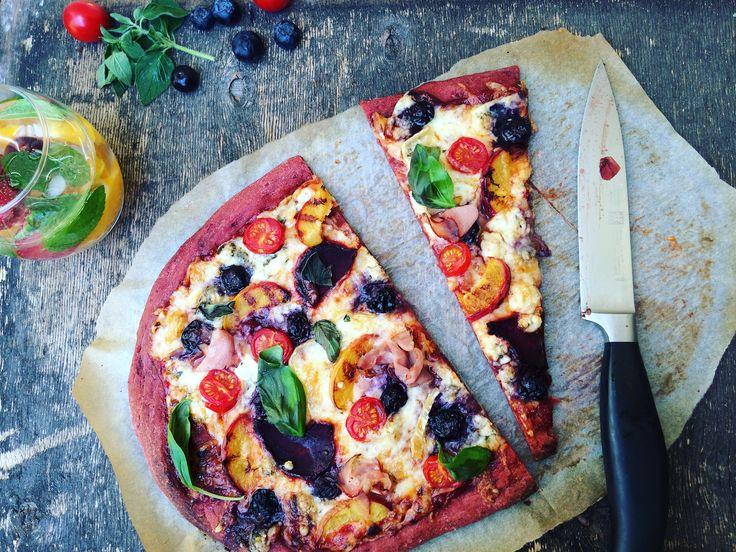 Az igazság az, hogy ahogy a kenyérben, úgy itt sem érezni a cékla ízét a tésztában, inkább csak az állagát lazítja, viszont, ha szeretnénk kicsit szokatlant, különlegeset készíteni, akkor -lássuk be- ez a piros pizzatészta elég jó választás... ;) Persze a feltét lehet a szokásos, paradicsomos, sonkás, sajtos, stb, de ahogy mondtam, én ma a saját mennyországpizzámat készítettem