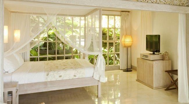 Uma By Como memiliki koleksi 46 vila yang didesain cantik dengan gaya kontemporer Asia. Warna putih dan cokelat tampak mendominasi bangunan hotel, sementara hijau menjadi warna utama yang tampak di sekeliling hotel. Untuk memperkuat suasana romantis di dalam hotel, kamar-kamar di Uma Ubud didesain cantik dengan fitur tempat tidur berkelambu dan furnitur dari kayu. Keren banget, deh hotelnya! Cobain, yuk http://www.voucherhotel.com/indonesia/ubud/242600-uma-by-como-ubud/
