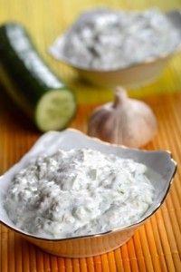 La sauce tzatziki:  est servie le plus souvent avec du pain pita (pain libanais) ou du pide (pain turc). La sauce tzatziki est également savoureuse en sauce dip pour y tremper des légumes (carottes, chou fleur, radis, tomate, céleri, épi de maïs…).  - 2 petits concombres,  - 400g de yaourt à la grecque,  - 4 gousses d'ail pilées,  - 3 cuillères à soupe de menthe fraïche finement hachée,  - 1 cuillère à soupe de jus de citron,  - feuilles de menthe