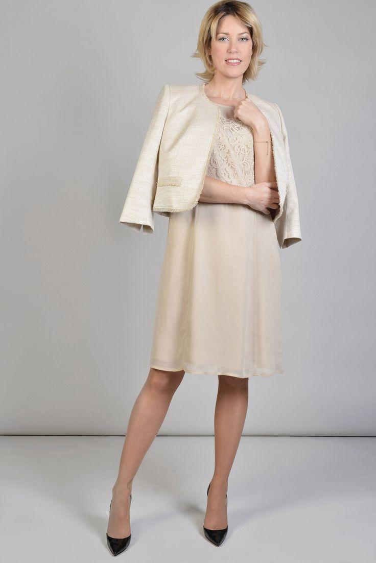 ANTONELLE VESTE COURTE COL ARRONDI MANCHES 3/4 FRANGES LUREX Réf :  17VE5930 Veste courte dotée d'une encolure arrondie et de manches 3/4, cette petite veste droite doublée, s'habille de poches rabats avec boutons sur les côtés. Elle se portera ouverte sur un jean avec des mocassins pour une allure résolument moderne ou coordonnée avec la robe POLAIRE dans la même matière, à trouver sur notre eshop ! #Antonelleparis #veste #beige   #clothing #calssic #fashionsita #lookoftheday #womenswear…
