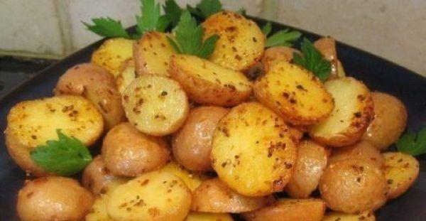 Θα γλύφετε τα δάχτυλά σας! Φτιάξτε Baby πατάτες λεμονάτες στο φούρνο - DESTORA