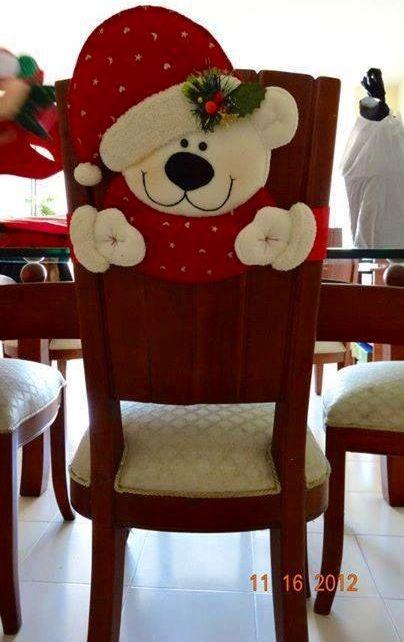 Cubre espaldar oso navideño para sillas de comedor.