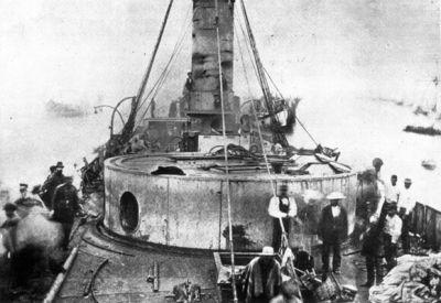 Antofagasta, Vista panorámica del Monitor Huascar, que llega remolcado y aun humeante a Mejillones, después de ser capturado por el blindado chileno Cochrane,en la Batalla de Punta de Angamos
