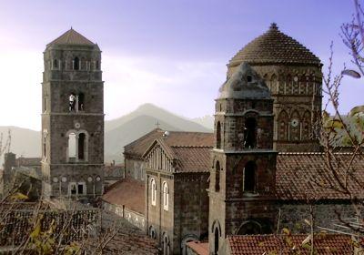 Casertavecchia, magnifico gioiello posto a 450 metri di altezza, a meno di 10 km da Caserta, è dichiarato Monumento nazionale per le sue caratteristiche artistiche e  per la sua storia.