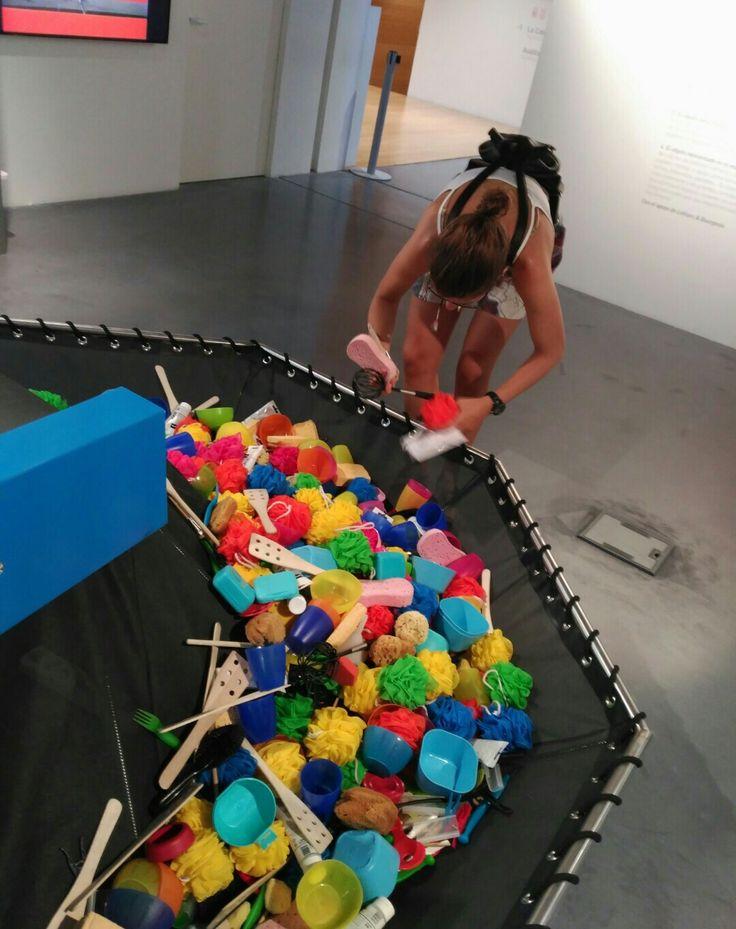 Realizar una excursión con los alumnos a un museo, es la forma de vivenciar y conocer diferentes esculturas o diversas formas de arte. Incluso algunos museos nos ofrecen la posibilidad de tocar (como el museo Pompidou, entre otros). Esto invita a los niños y niñas a conocer su entorno a través de la manipulación y el juego, el arte abstracto por ejemplo nos invita a observar e imaginar