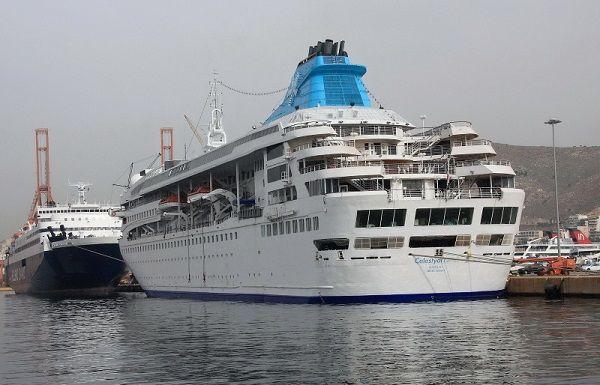 Στο λιμάνι του Πειραιά βρίσκεται, ήδη, ελλιμενισμένο το κρουαζιερόπλοιο της εταιρείας Optimum Shipmanagement Services, που έχει διατεθεί στο υπουργείο Ναυτιλίας, προκειμένου να φιλοξενηθούν κάτοικο…