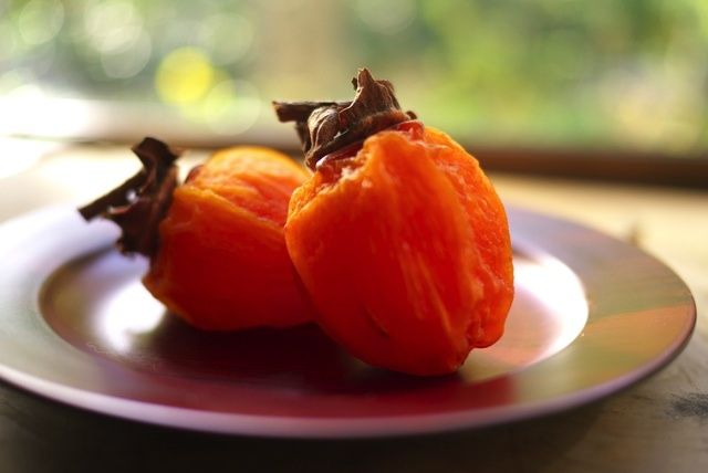 秋になり、だんだんと干し柿がおいしくなる季節。そのまま食べる人が多いことと思いますが、実は副菜として、スイーツとして、多様に変化することができるのです!今回は、そんな干し柿を使ったさまざまなアイデアレシピをご紹介します。