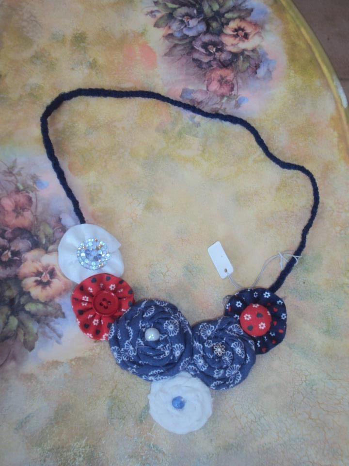 Necklace, perferct with jeans.
