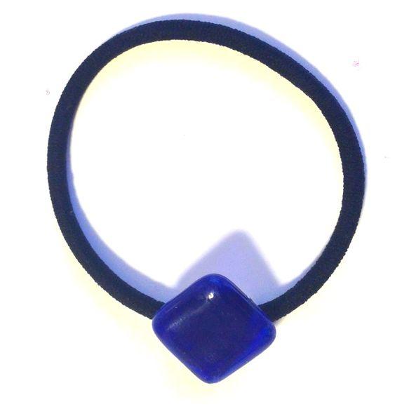 大きめのブルーのステンドグラスを使用しています。ゴムの色はブラック。台の色はゴールドカラーです。ちょっと髪を留める時にも飾りがついてるだけでグッとおしゃれに見...|ハンドメイド、手作り、手仕事品の通販・販売・購入ならCreema。