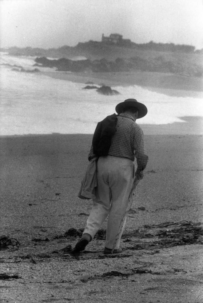 Pablo Neruda, paseando por la playa. SERGIO LARRAIN/MAGNUM PHOTOS. Cuando Neruda murió de fascismo | Cultura | EL MUNDO