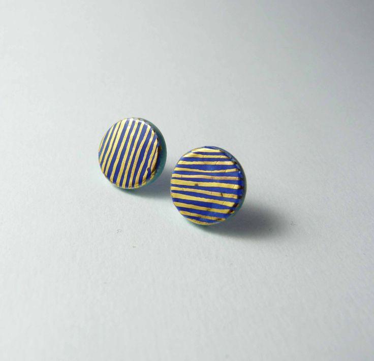 Ceramic earrings, deep blue with gold. Boucles d'oreille céramique, puces bleu profond avec or. de la boutique Tanaart sur Etsy