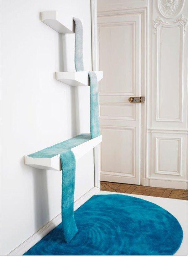 Reservoir Rug. Designer Dean Brown aus Schottland, ließ den Teppich an der Wand entlang fließen. Von einem Behälter zum nächsten, wie ein Wasserfall. (Photo: Paul Graves)