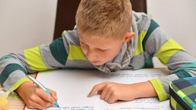 Längst gehört es zum Alltag: Schreiben auf dem Computer, Handy, Tablet. Damit tun wir allerdings unserem Gedächtnis keinen Gefallen, weiß der Biologe Martin Korte. Er erklärt, warum wir immer noch zu Papier und Stift greifen sollten.