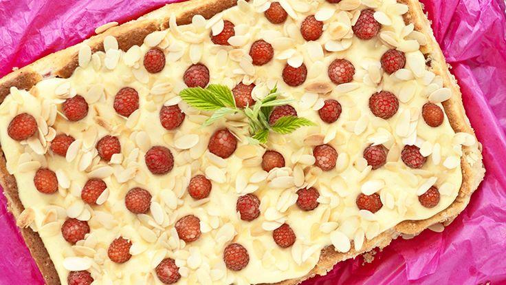 Godaste tårtan bakar du med mazarinbotten med hallon och rabarber som sedan toppas av hemlagad vaniljkräm och mandelspån. Och eftersom den görs i långpanna räcker den åt många!