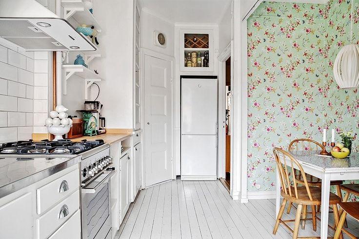 Välkommen till denna mycket charmiga lägenhet med fin arkitektur och genomgående planlösning med stora fönster i två väderstreck och en fransk balkong med lugnt läge mot den grönskande innergården. Vacker fungerande öppen spis i vardagsrummet och fina bevarade detaljer såsom fiskbensparkett, brädgolv och djupa skafferier. Stora sällskapsytor, möblerbar inre hall, luftigt och rofyllt sovrum samt fräscht badrum. L&#...