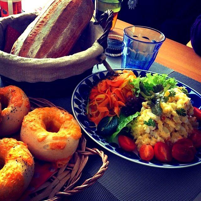 持ち寄りママランチ♫ 写真は ・アンチョビポテトサラダ ・人参のオレンジサラダ ・チーズサラミの全粒粉ベーグル ・牛乳パン 他に ・鶏肉の赤ワイン煮込み ・スフレチーズケーキ を準備しました 持ち寄りは色んな料理が集まって、楽しい!(๑>◡<๑)❤ - 526件のもぐもぐ - アンチョビポテトサラダ&人参のオレンジサラダ by 0106tomoemoe