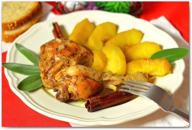 Курица с яблоками и шалфеем   Курица получается невероятно нежная и сочная, а гарнир, в виде карамелизованных яблок подходит сюда просто чудесно. Равнодушным, курица в таком исполнении, не оставит никого!
