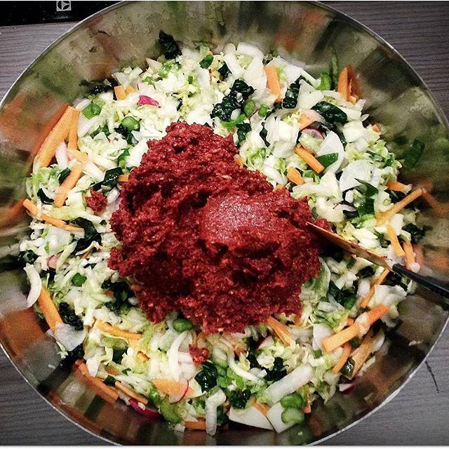 FORTSATT ikke laget #kimchi, verdens beste og sunneste fermenterte mat?? Proppfull av gode og nyttige melkesyrebakterier, supergodt og kjempeenkelt å lage, spesielt om du følger oppskriften min. 😄 Kimchi er ikke uten grunn kåret til en av verdens sunneste matretter! Følg link i bio og kom i gang med melkesyregjæring du også!☝️#matfrabunnen