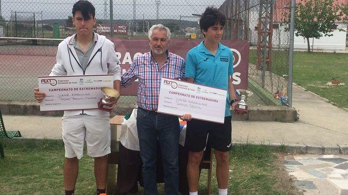 Este fin de semana pasado han concluido las finales del Campeonato de Extremadura Junior clasificatorio para el nacional. La organización corrió a cargo del Club de Tenis Navalmoral y como responsable del torneo Ricardo Almoharín.