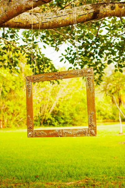 Interesting way to have a frame without people holding it ... Photo Booth in Garden