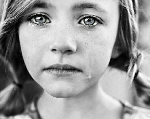 Verdrietig gezicht deze heb ik gekozen omdat hier de emotie goed zichtbaar is zodat het al wat makkelijker is om de emotie in het masker te krijgen. Ik vond het wel lastig om het oog verdrietig te laten kijken omdat het zonder tranen ook erg op een neutraal oog lijkt. Maar ik heb me best gedaan om het linkeroog na te kleien.
