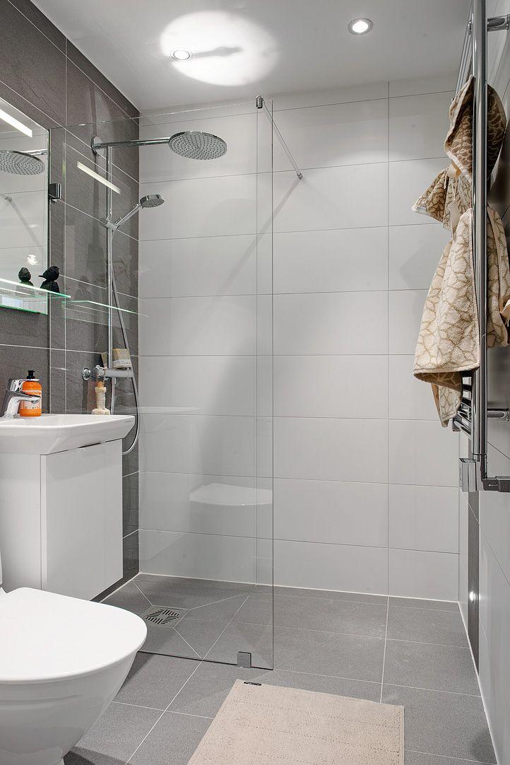 Mindre badrum med enkel duschvägg