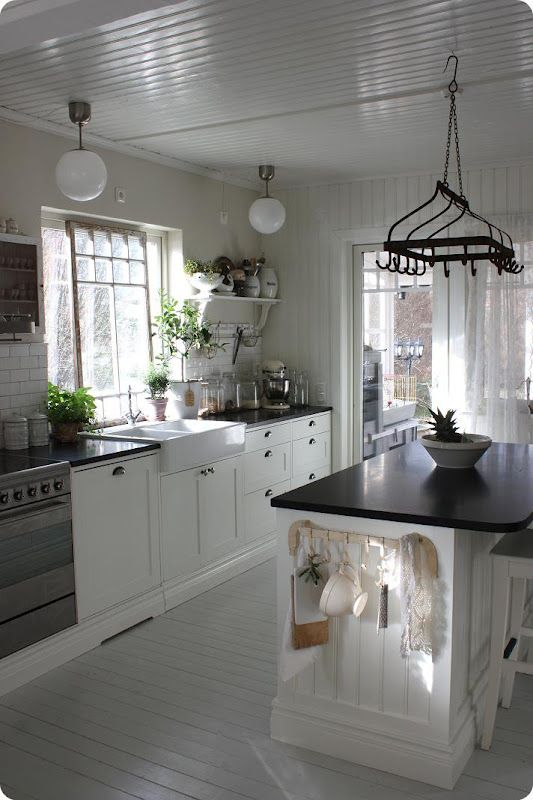 White kitchen, black countertops. Wonderful combination. WANT IT!