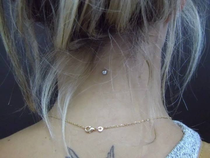 Piercing Microdermal Dermal Anchor nuque Réalisé chez ART TATTOO SOCIETY
