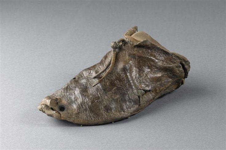 Empeigne de chaussure d'enfant DESCRIPTION: provenance : Paris, église Notre-Dame de Bonne-Nouvelle PÉRIODE 15e siècle SITE DE PRODUCTION France (origine) TECHNIQUE/MATIÈRE cuir (matière) DIMENSIONS Largeur : 0.16 m