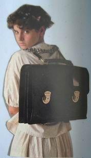 80年代頃に背中にしょう形のカバンが流行ったことがありました。(何て言う名称かは解らず)そのころ雑誌「オリーブ」でリセエンヌスタイルというのが流行してまし...