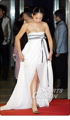 Shiori's wedding dress. Only the ribbon is white not grey.