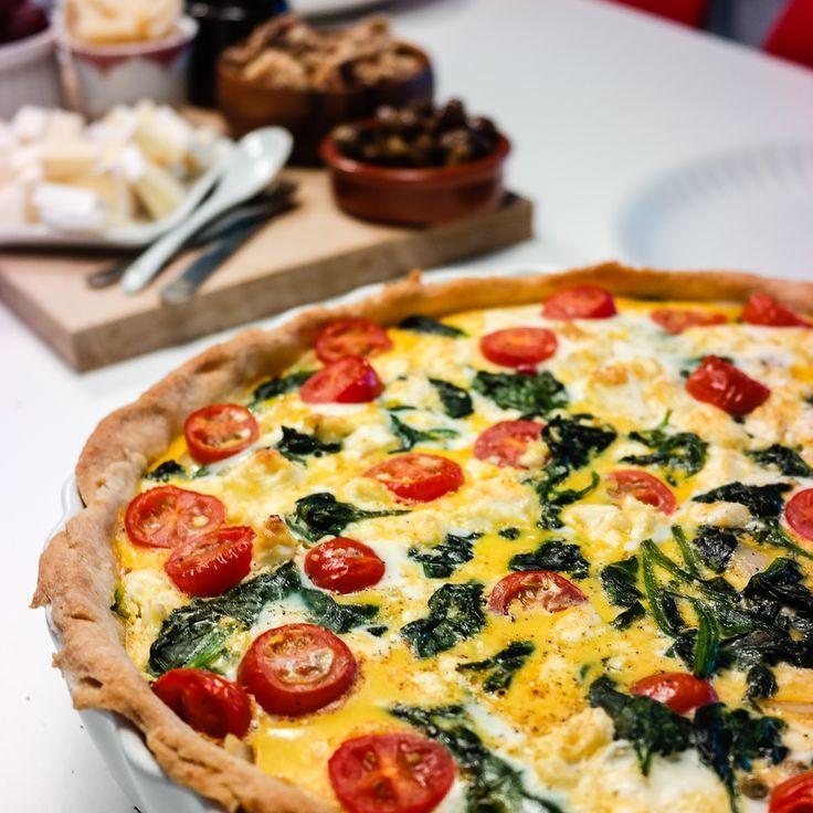 En pai er riktig både til frokost, lunsj og middag. I denne vegetariske paien er det tomat, spinat og fetaost. Supersunt og supergodt!
