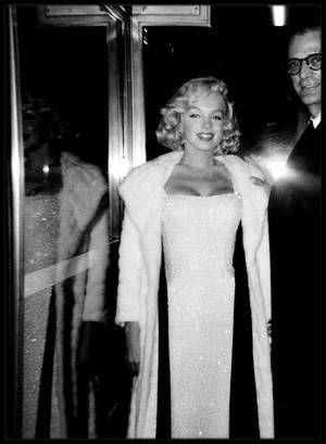 """18 Novembre 1957 / les époux MILLER assistèrent à la première de la pièce « Conversation Piece», pièce où jouait Joan COPELAND, la sœur de MILLER puis se rendirent à la réception qui suivit au """"Barbizon Plaza Hotel"""" ."""
