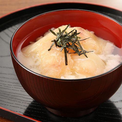 鯛茶漬けは、鯛の醤油漬けに白だしをかけてお召し上がり頂きます。鯛胡麻茶漬けは、鯛の醤油漬けに胡麻醤油をかけてお召し上がり頂きます。