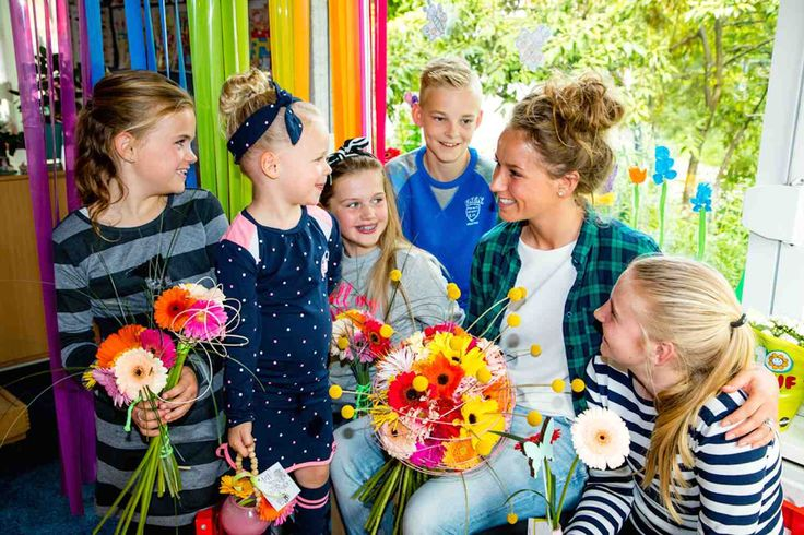 OEGSTGEEST - Voor het vijfde achtereenvolgende jaar is stichting 'Een 10 voor de juf' op zoek naar de 'leukste, beste en liefste juf of meester van Nederland'. Deze succesvolle verkiezing is gekoppeld aan het tonen van waardering voor juffen en meesters. Dé dag daarvoor is 5 oktober, de Dag van de Leraar. Iedereen mag op