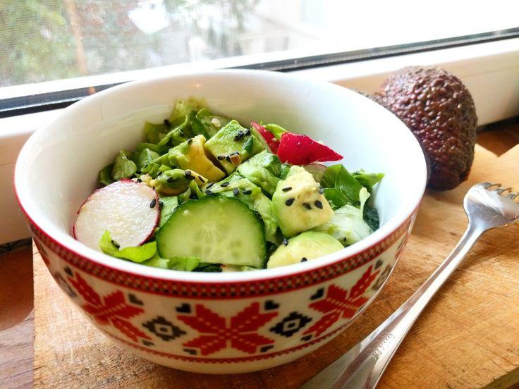 Salata de cruditati delicioasa  - salata verde - ridichii - avocado - castravete - ceapa verde - ardei gras + Sos de soia si seminte de susan negru