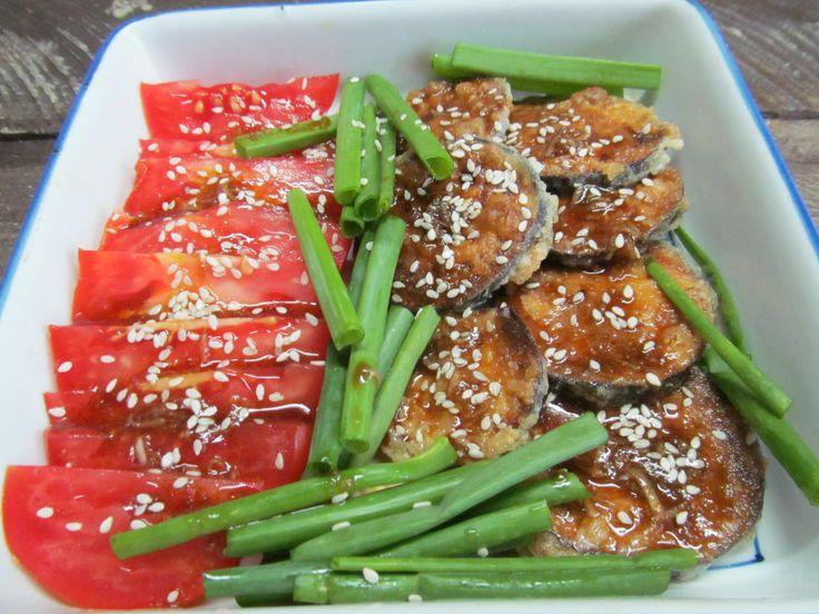 Баклажан, помидор, соевый соус, винный уксус, растительное масло, крахмал, яйцо, кунжут, зеленый лук, сахар.