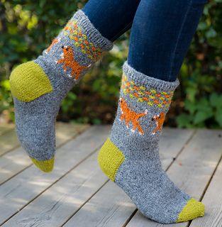 Disse sokkene er kjempegode og varme, og går svært raskt å strikke. Vi har to tollere selv, og synes det er stas å ha tollersokker. Vi har også laget diagrammer som skal forestille labrador og flat. Øverst er det et mønster med litt struktur, som veksler mellom fargen på hunden og fargen i tå og hæl. Du kan selvsagt bytte farger på hundene, hæl og tåfarge og bunnfargen etter hva du liker selv. Tolleren har noen omganger med tre og fire farger, der har vi strikket alt med rødbrunt garn, og…