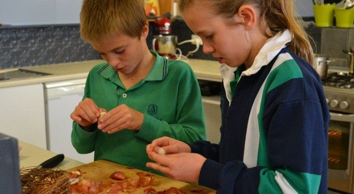 A group of Grade 6 students from Auburn South were lucky enough to join Cluniary Diplomacy Chef Tory McPhail for a master class that combined produce from the school's garden with his passion for Creole and Cajun cuisine. #NewOrleans #foodstoriesusa