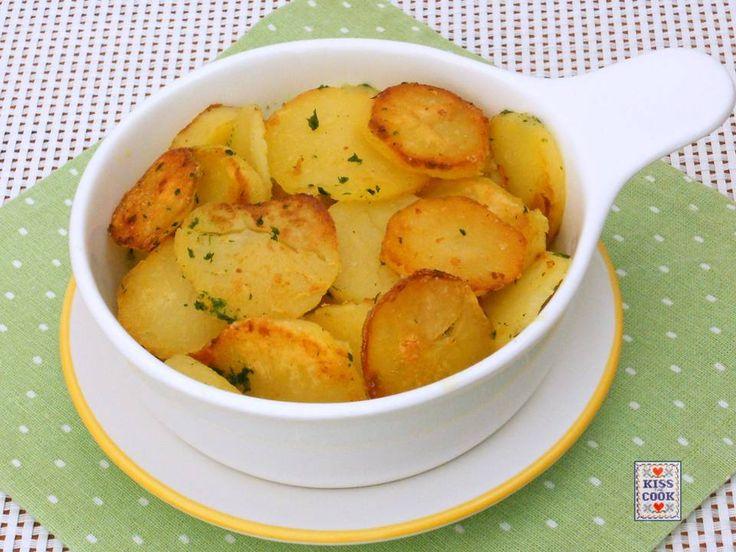 Patate saltate, un contorno semplice che si prepara usando delle patate bollite. Per la buona riuscita del piatto le patate devono essere completamente fredde.